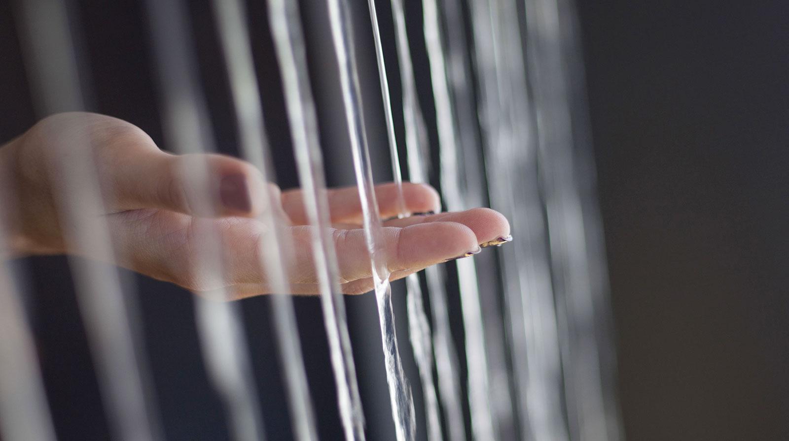 Le toucher fait partie des sens en éveil avec la fontaine Fil d'eau By Olivier Clavel