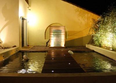 Bassin et fontaine avec effet de lumière imaginé par Olivier Clavel
