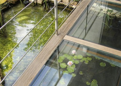 Bassin extérieur avec une passerelle en verre