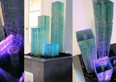 Colonne de verre avec effets de lumière dans un patio