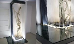 Une fontaine fil d'eau créée par Olivier Clavel, avec un bassin en dessous