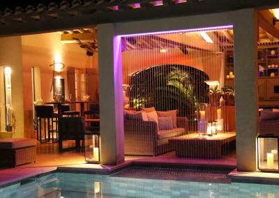 Magnifique fontaine fil d'eau au bord d'une piscine avec des effets lumineux
