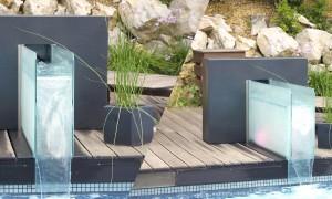 Fontaine River Zen en bord de piscine sur une terrasse en bois