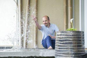 Olivier Clavel au bord d'un bassin